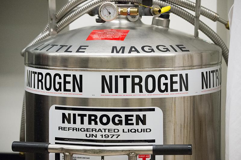 Por ser inflamável, o nitrogênio líqudio deve ser armazenado em um ambiente seguro, em containers criogênicos.