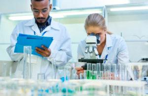 Equipamentos e vidrarias de um laboratório de análise microbiológica de alimentos